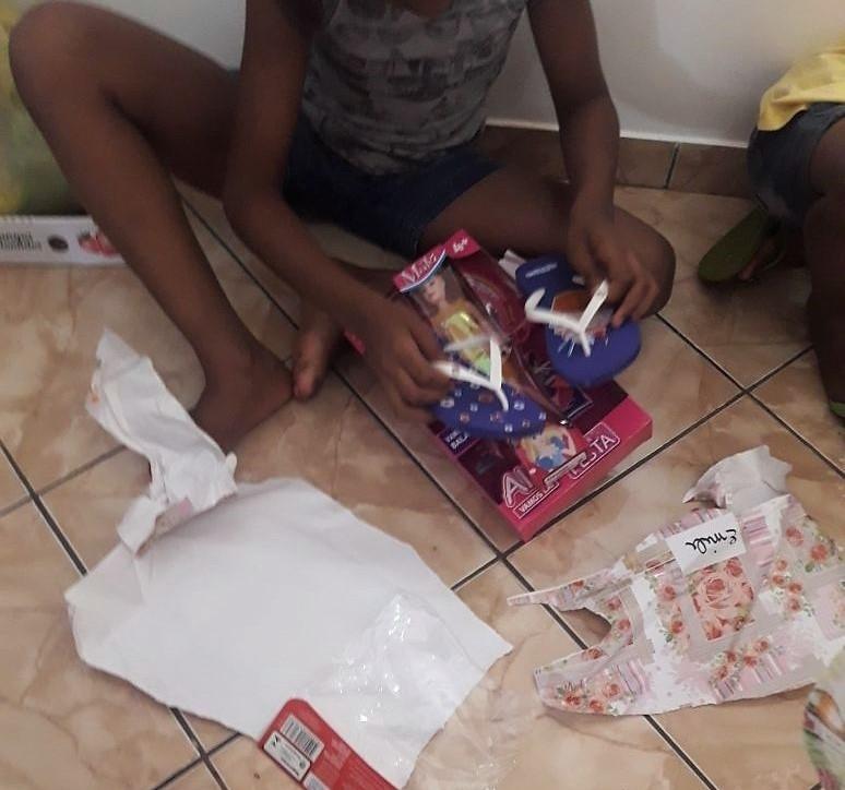 Em tarde festiva, crianças da Casa Lar recebem presentes de equipe da Cresol