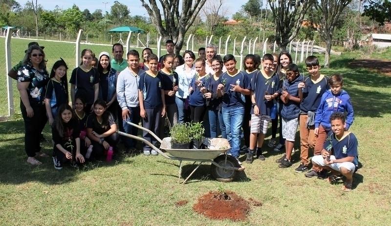 Estudantes do Cemca plantam árvores nativas no CSU