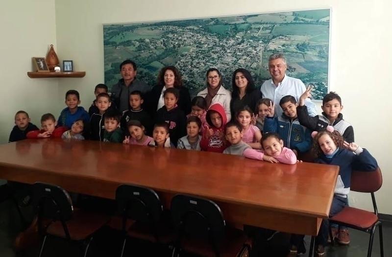 Em aula sobre cidadania, estudantes da Escola Taeko conhecem gabinete do prefeito