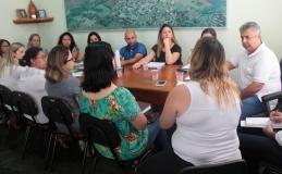 Prefeito e educadores debatem uso de material complementar
