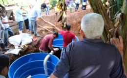 Produtores rurais aprendem a instalar fossa que evita contaminação do solo e gera adubo