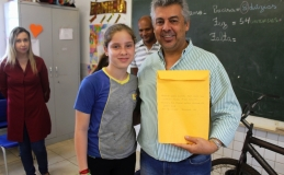 Cartas escritas por estudantes para prefeito estarão em cápsula do tempo
