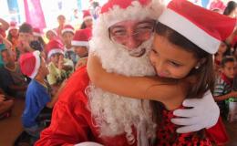 Papai Noel dos Correios leva emoção e solidariedade para Escola Taeko